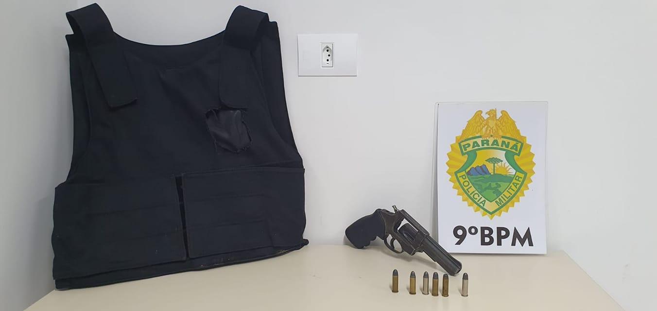 colete balístico e arma de fogo