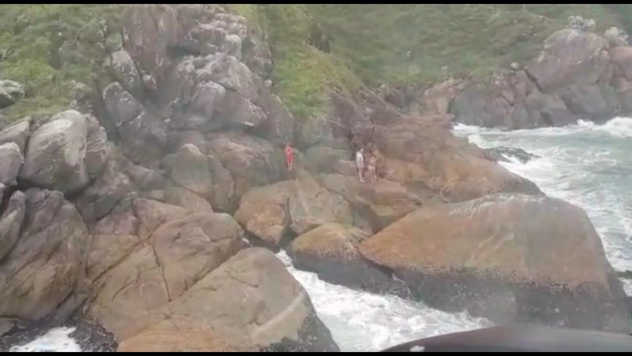 """Guarda-Vidas e BPMOA resgatam turistas que ficaram """"ilhadas"""" em morro na Ilha do Mel"""