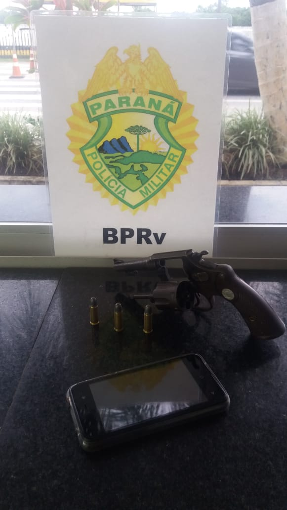 Dupla acusada de assaltar posto de combustíveis em Paranaguá é presa pela PM na estrada das Praias