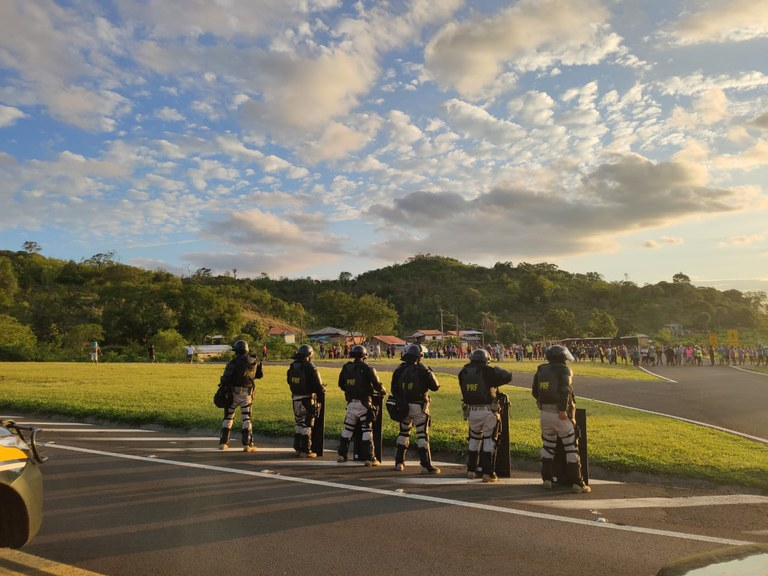 Após saque de carga e vilipêndio de cadáver, indígenas interditam rodovia no Paraná e atacam policiais