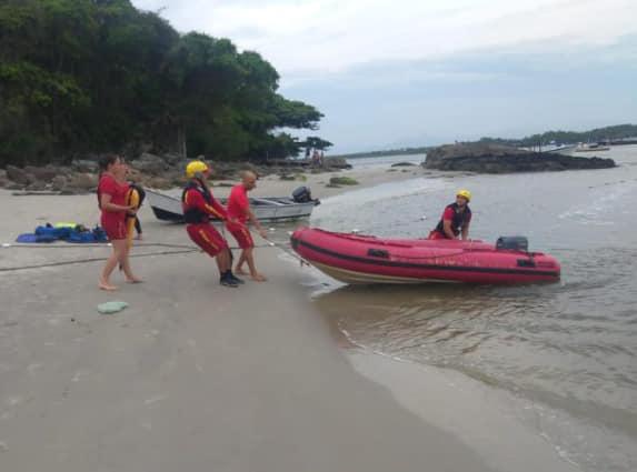 Buscas por menino desaparecido no mar continuam