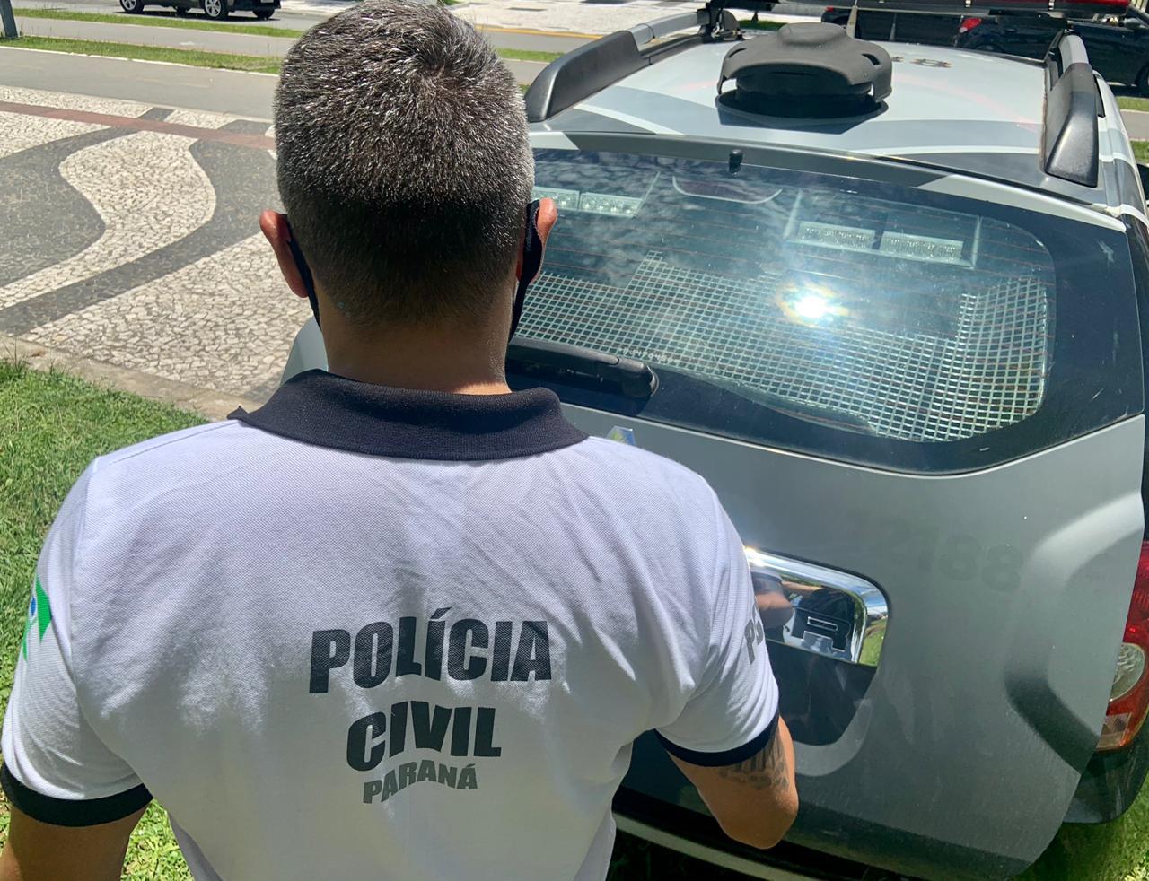 A Polícia Civil do Paraná (PCPR) prendeu em flagrante um homem, de 32 anos, por agressão contra o próprio pai, na sexta-feira (25), em Guaratuba, no Litoral do Estado. O crime ocorreu durante uma confraternização em família. O homem estava fazendo uso de álcool e, após uma discussão, agrediu o pai, um idoso de 64 anos. A vítima imediatamente procurou a PCPR, ele apresentava visíveis lesões nos lábios. Os policiais civis que estão atuando no Verão Consciente foram até a casa, onde a vítima mora com o filho, e prenderam o agressor em flagrante. O idoso relatou aos policiais civis que é agredido pelo filho sempre que o mesmo faz uso de álcool. O suspeito foi autuado por lesão corporal e violência doméstica.
