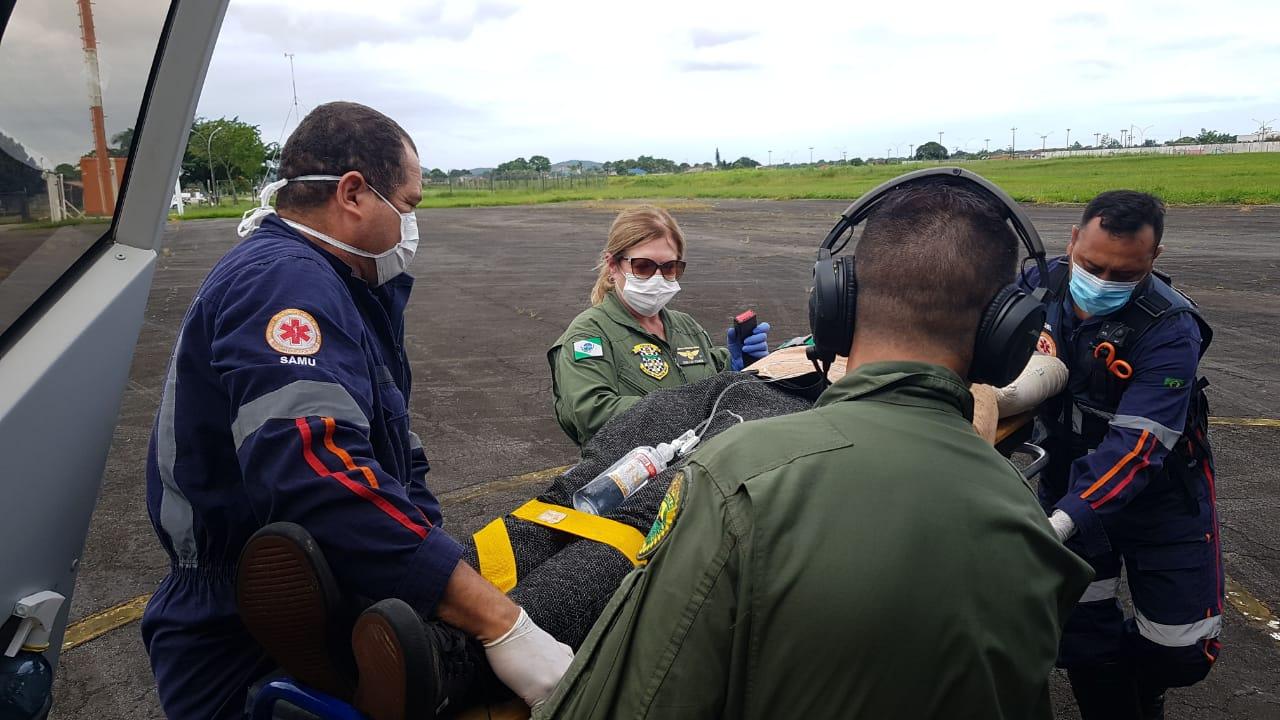 BPMOA resgata rapaz vítima de queda na Ilha do Mel