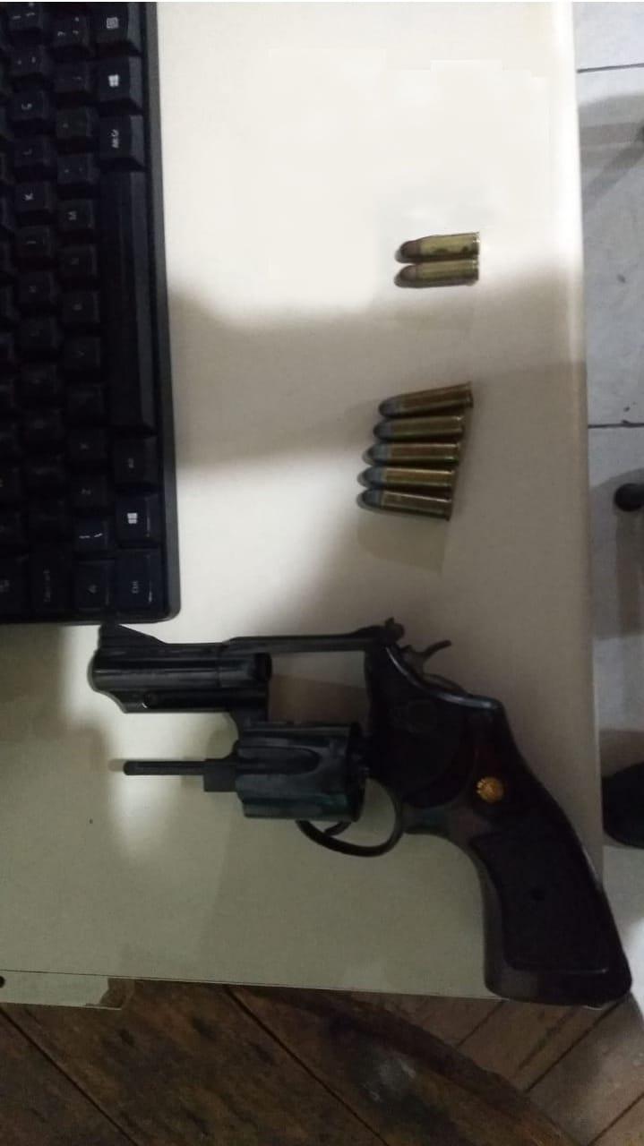 Revólver e munições são apreendidos durante abordagem em um bar em Pontal do Paraná