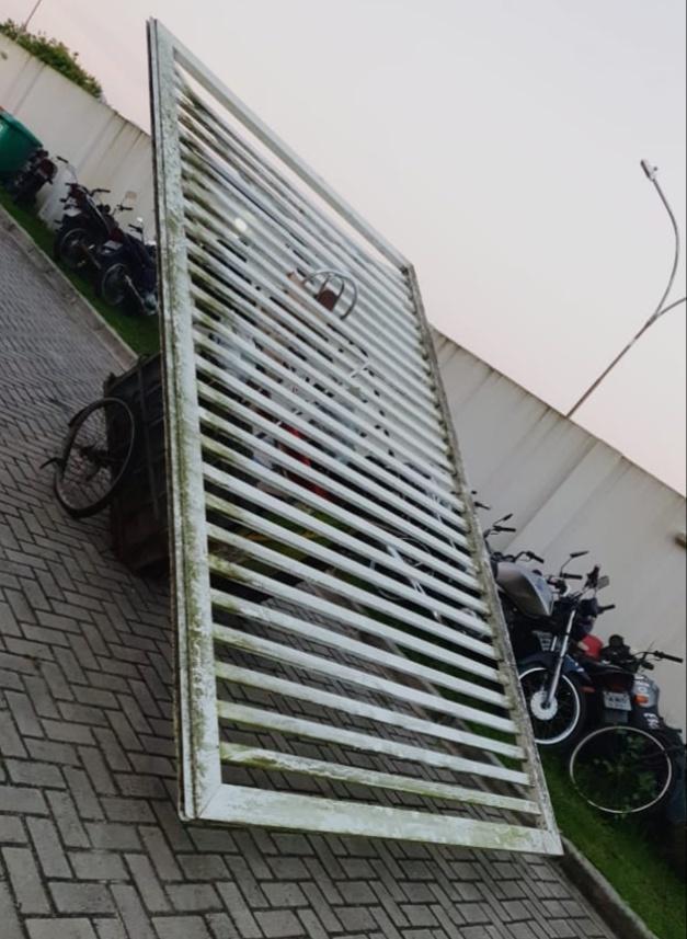ROMU prende dupla acusada de furtar portão na Roque Vernalha