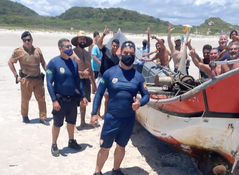Patrulha Marítima e voluntários resgatam canoa que naufragou na Ilha do Mel