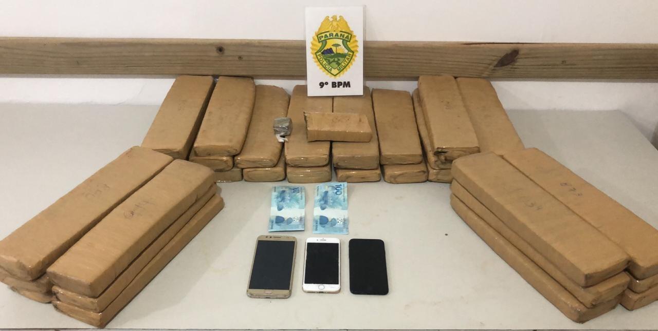 Policiais de folga surpreendem trio que transportava quase 30 Kg de maconha