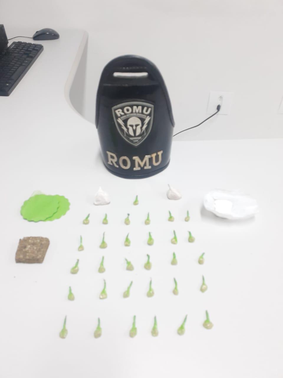 ROMU encontra maconha, crack e cocaína em quarto de hotel