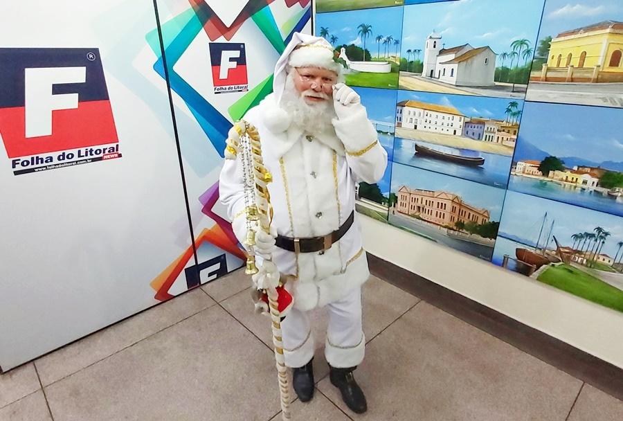 Papai Noel se veste de branco em homenagem aos profissionais de saúde