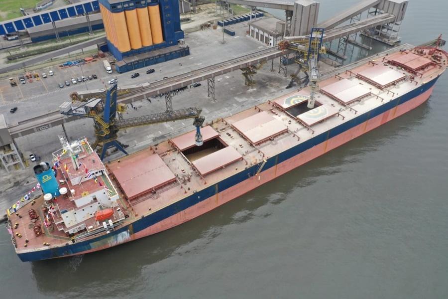 Navio no porto de Paranaguá