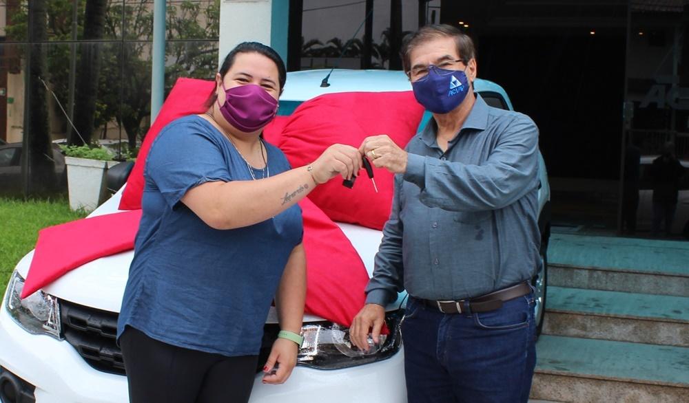 Aciap faz a entrega do veículo a vencedora do Show de Prêmios