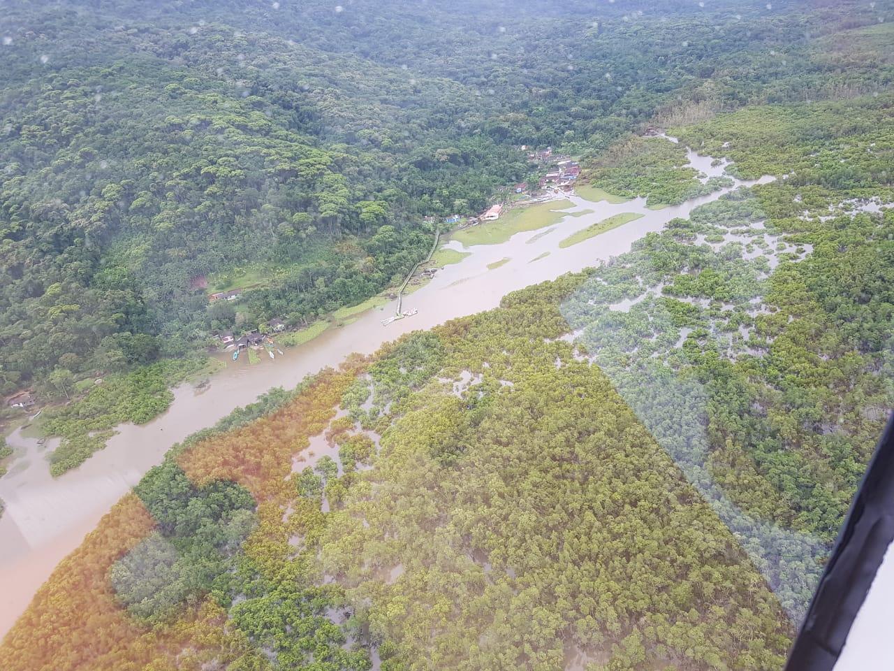 Bombeiros e Defesa Civil sobrevoam região atingida por forte temporal no litoral