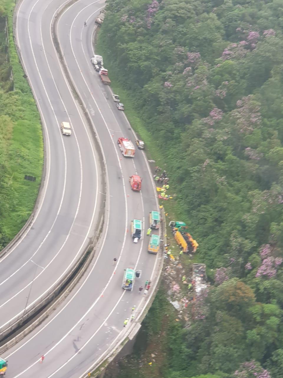 Acidente com ônibus de turismo deixa ao menos 10 mortos na BR-376, em Guaratuba