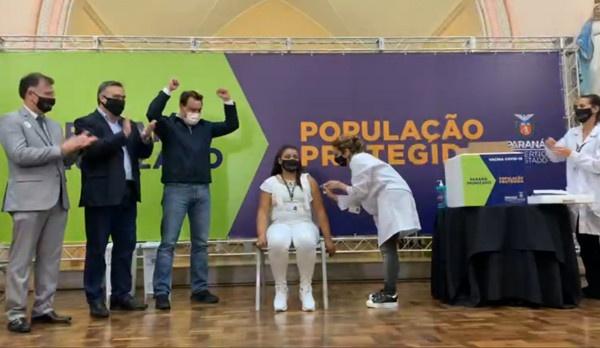 Primeira profissional de saúde vacinada no Paraná é de Paranaguá