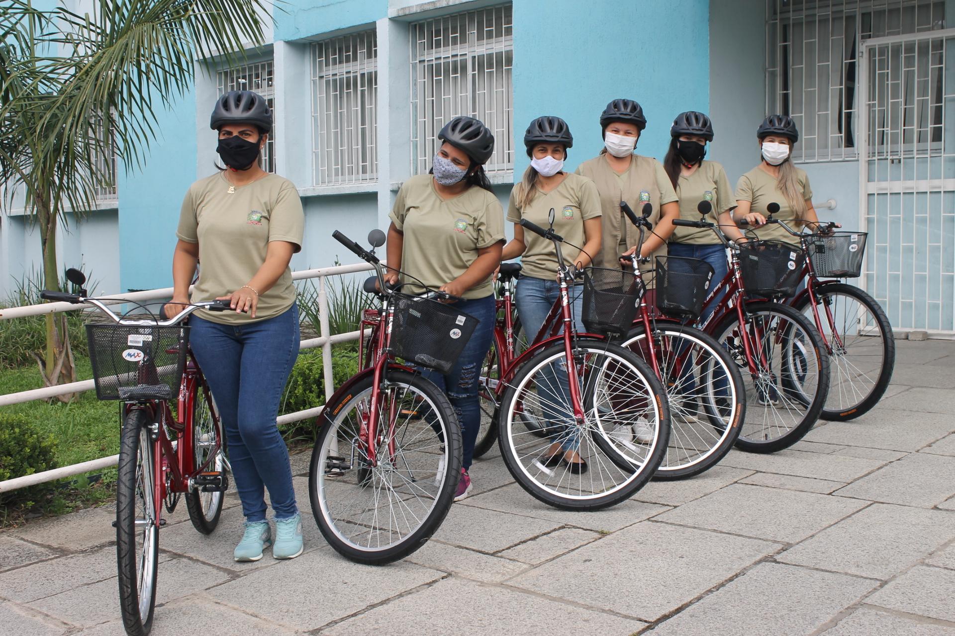 Entrega simbólica das bicicletas aconteceu em frente à sede da Secretaria Municipal de Saúde