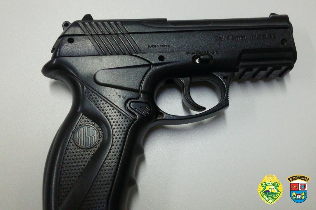 Menor é apreendido por populares com simulacro de pistola na Costeira