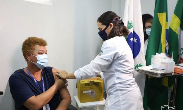 Idosos residentes em asilos começam a ser vacinados em Paranaguá