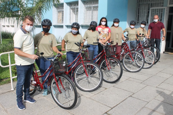 Prefeito entrega 120 bicicletas e acessórios para agentes comunitários de saúde