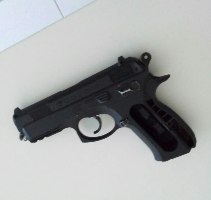 Menor trapalhão deixa cair simulacro de pistola durante tentativa de assalto