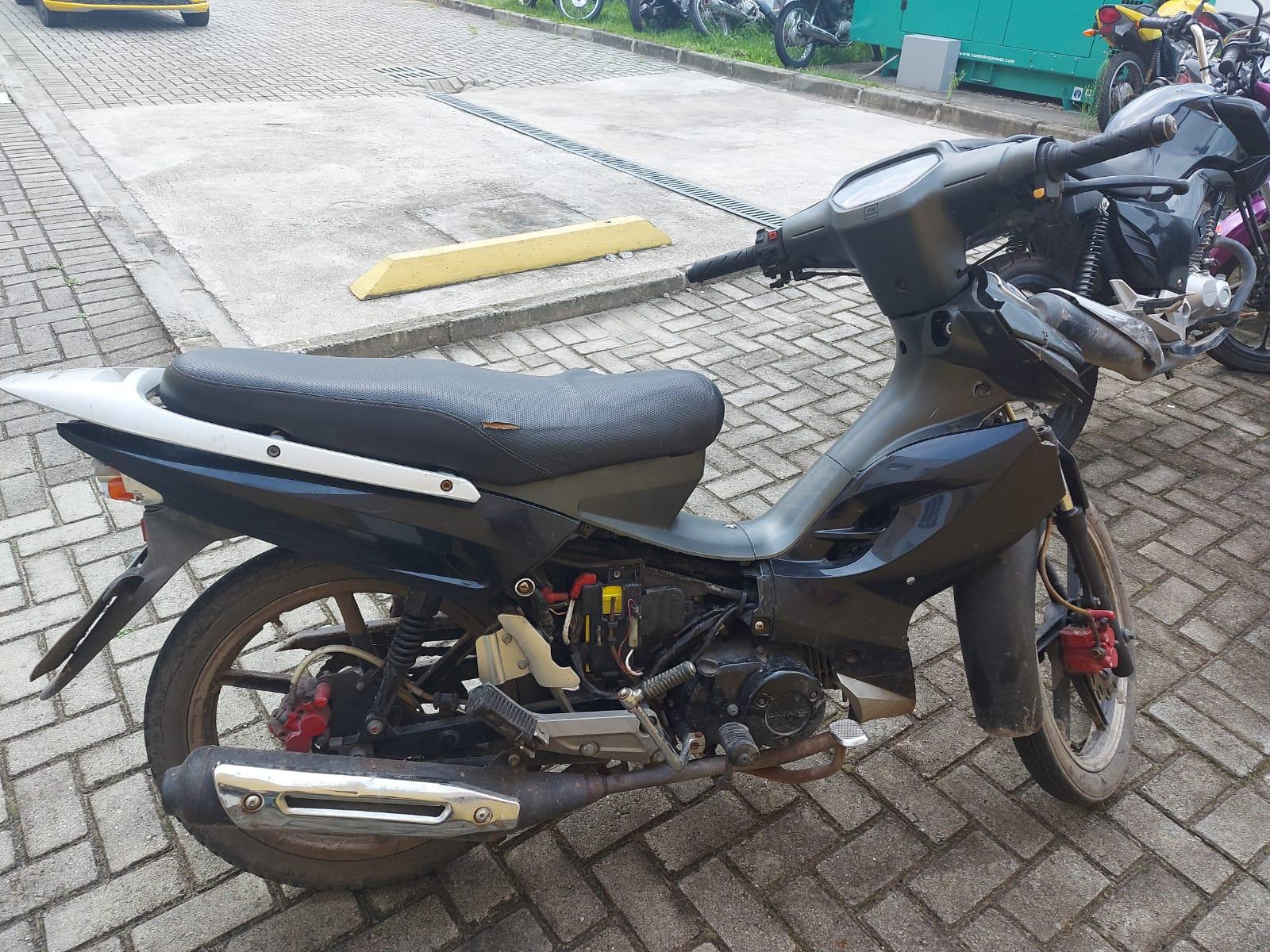 Motocicleta com alerta de furto e recuperada pela ROMU na Ilha dos Valadares