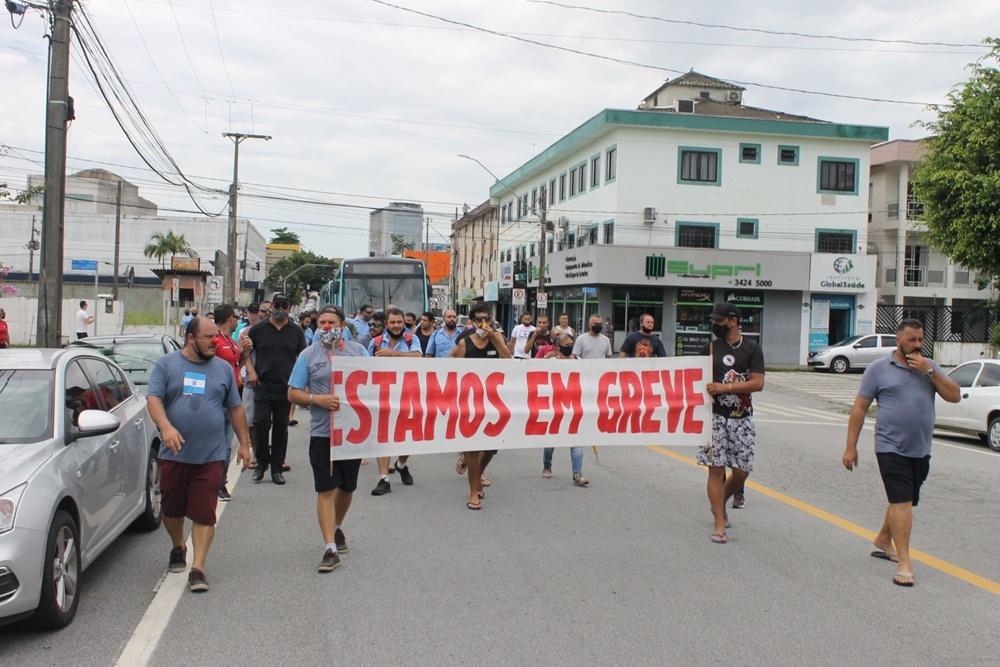 Trabalhadores da Viação Rocio fazem manifestações pelas ruas de Paranaguá