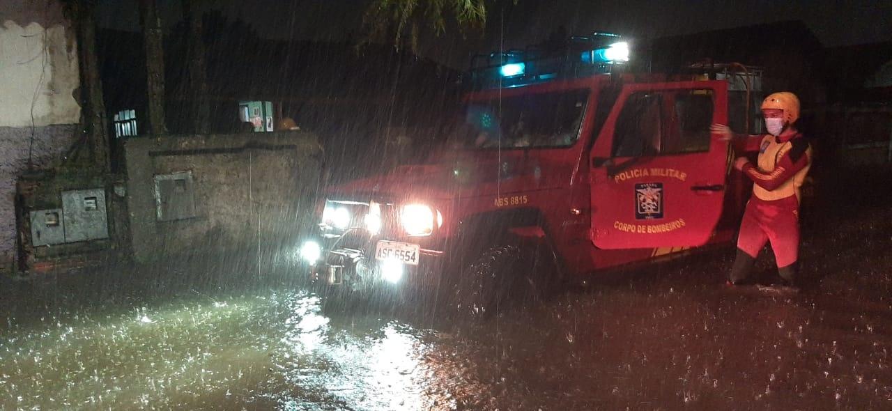 Fortes chuvas atingem o litoral do Paraná e causam alagamentos