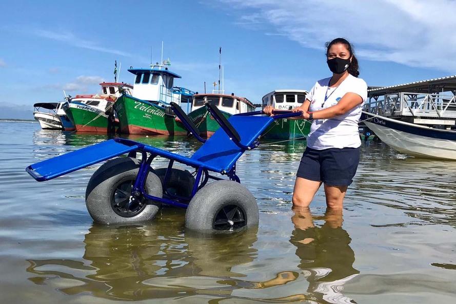 Cadeiras especiais levam acessibilidade à Ilha do Mel