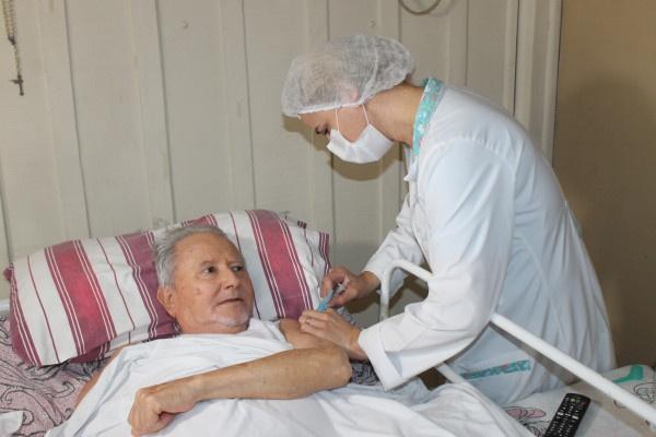 Acamados e idosos acima de 90 anos começam a ser imunizados em Paranaguá