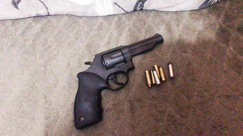 Em uma casa, no Jardim Guaraituba, os policiais civis apreenderam um revólver calibre . 38, municiado. Operação Adsumus