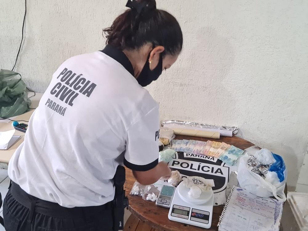 Em uma casa, no balneário de Canoas, as equipes da PCPR apreenderam 1 quilo de crack, 28 gramas de cocaína, 287 gramas de maconha, invólucros para embalar as substâncias, duas balanças de precisão e um caderno de anotação