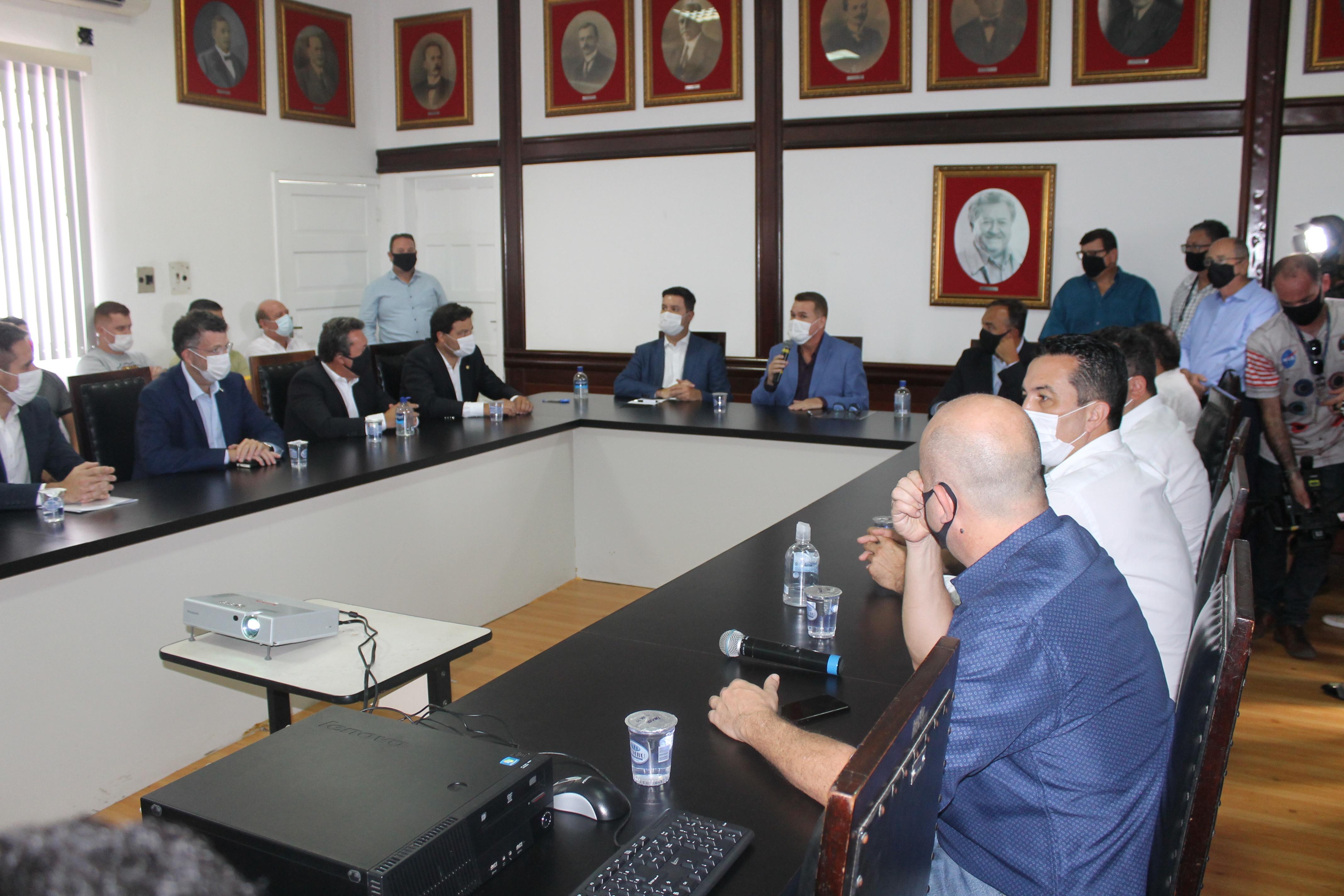 Prefeitos do litoral apresentam demandas a representantes do Governo do Estado