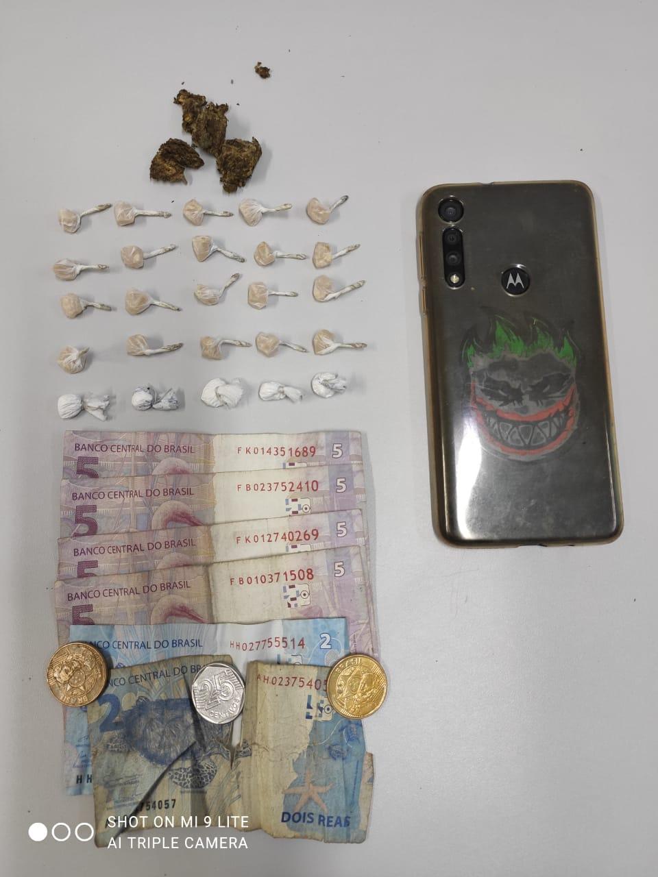 Rapaz suspeito de envolvimento com o tráfico de drogas é preso pela ROMU no Jardim Araçá