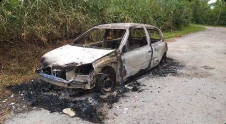 Carro destruído pelo fogo é encontrado na Colônia das Palmeiras