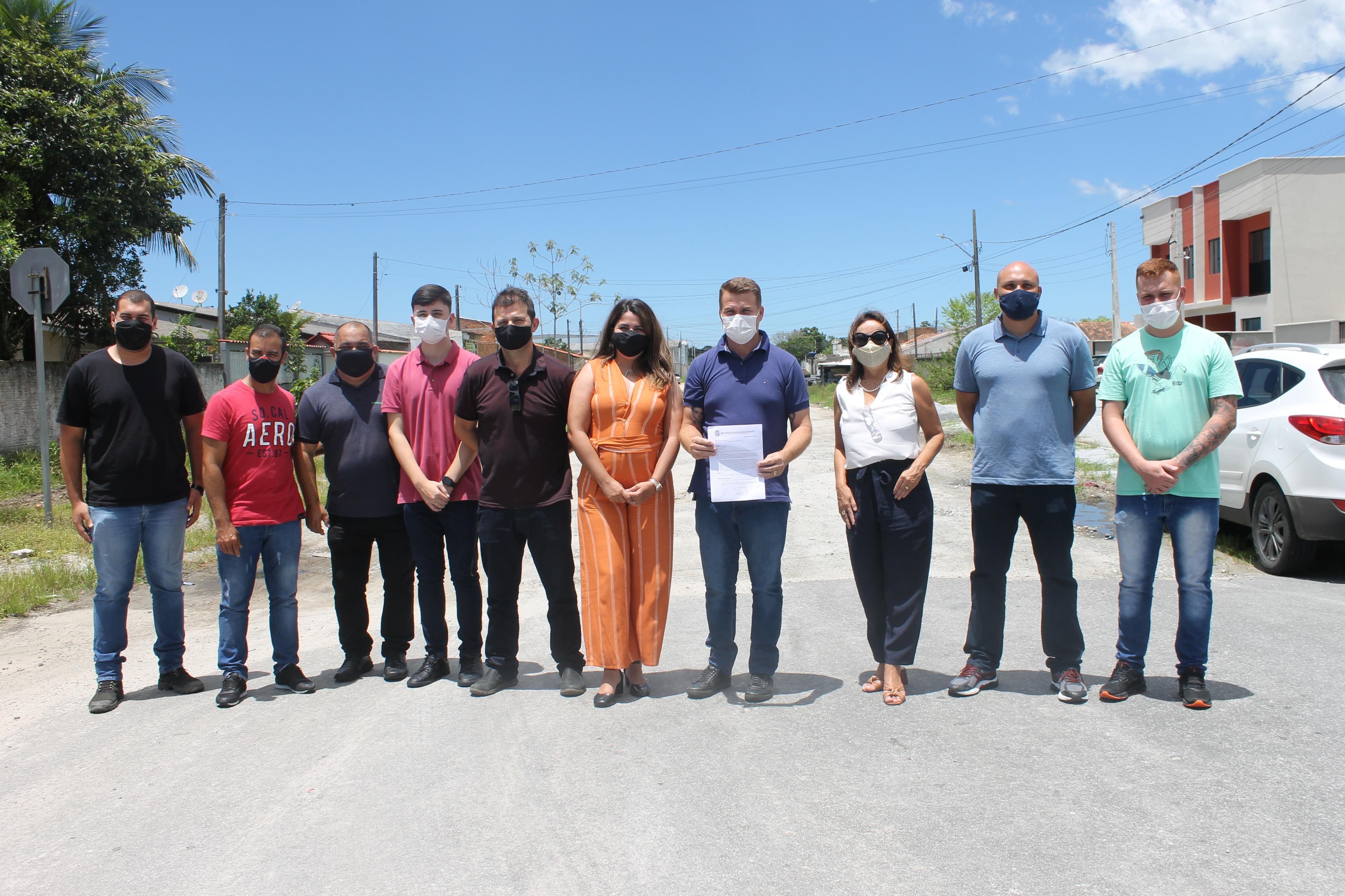 Prefeito Marcelo Roque assina ordem de serviço para pavimentação de ruas no Jardim Ouro Fino