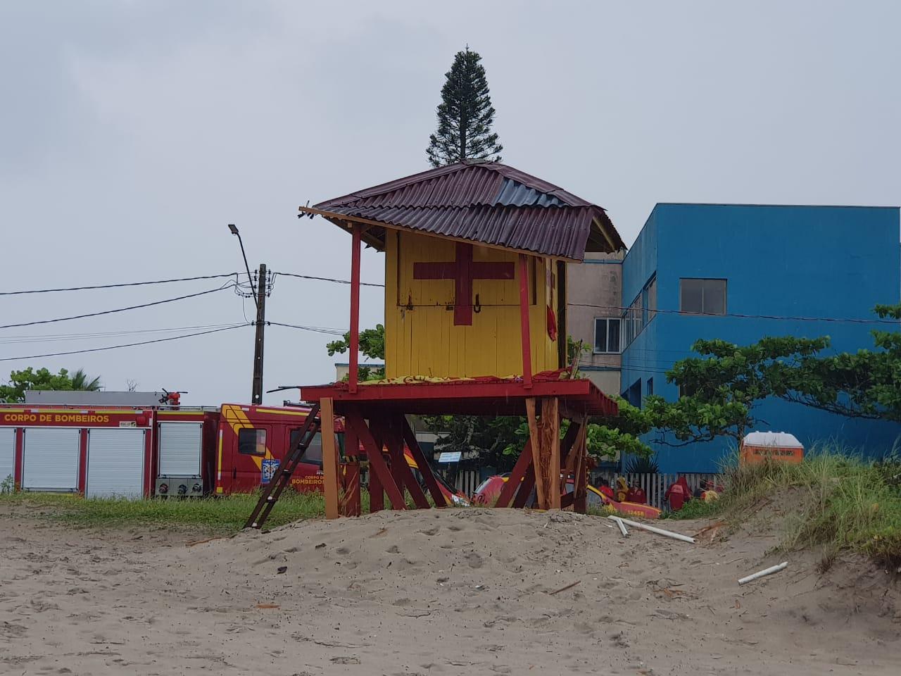 Raio atinge posto de Guarda-Vidas em Guaratuba