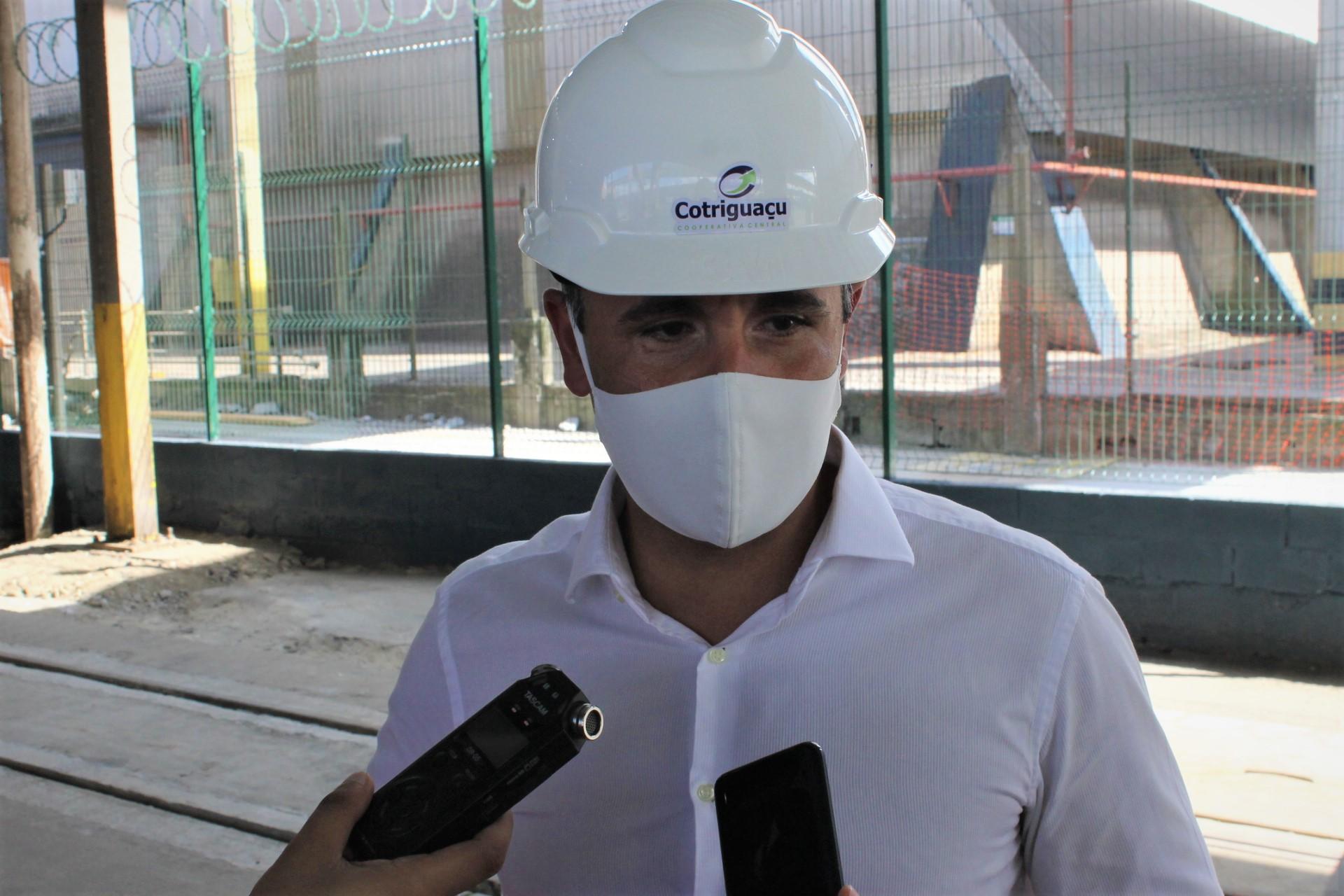 """""""Aqui no terminal portuário da Cotriguaçu nós descarregamos 35% do modal ferroviário hoje e a gente pretende já em 2021 ampliar este número para 50% do total descarregado"""", explica o gerente do terminal portuário da Cotriguaçu em Paranaguá, Rodrigo Buffara Farah Coelho"""