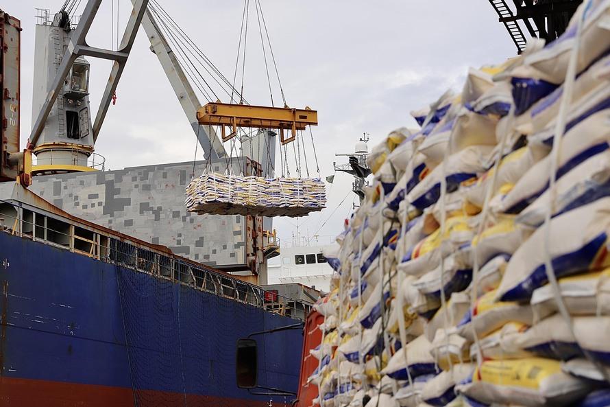 Novo lote de fubá em sacas é embarcado no Porto de Paranaguá