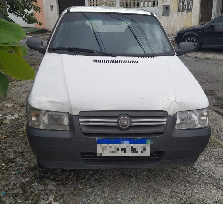 O carro, um Fiat Uno, cor branca, foi encontrado abandonado, com as chaves na ignição, na Rua Cosme e Damião, no Parque São João.