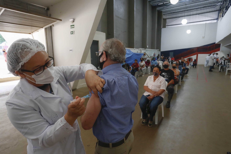 Até a tarde de ontem, 933.834 pessoas dos grupos prioritários já haviam sido vacinadas no Paraná (Foto: Jonathan Campos/AEN)
