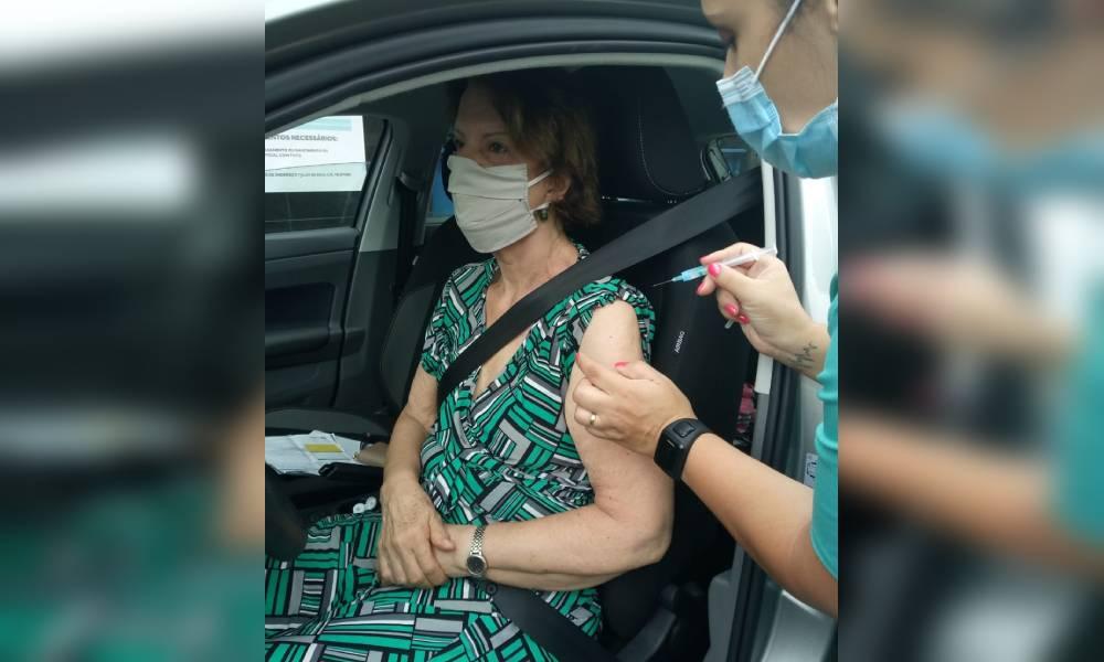 Pessoas acima dos 70 anos são vacinadas contra a Covid-19 em Paranaguá