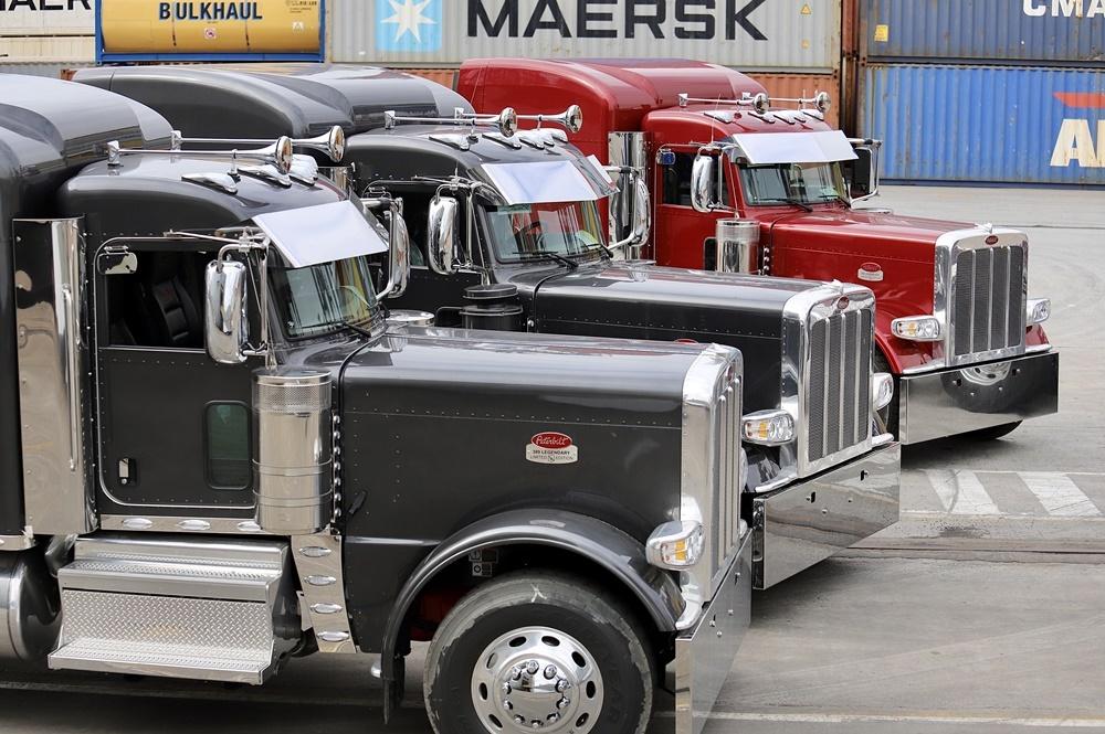 Dez caminhões Peterbilt novos desembarcam no Porto de Paranaguá