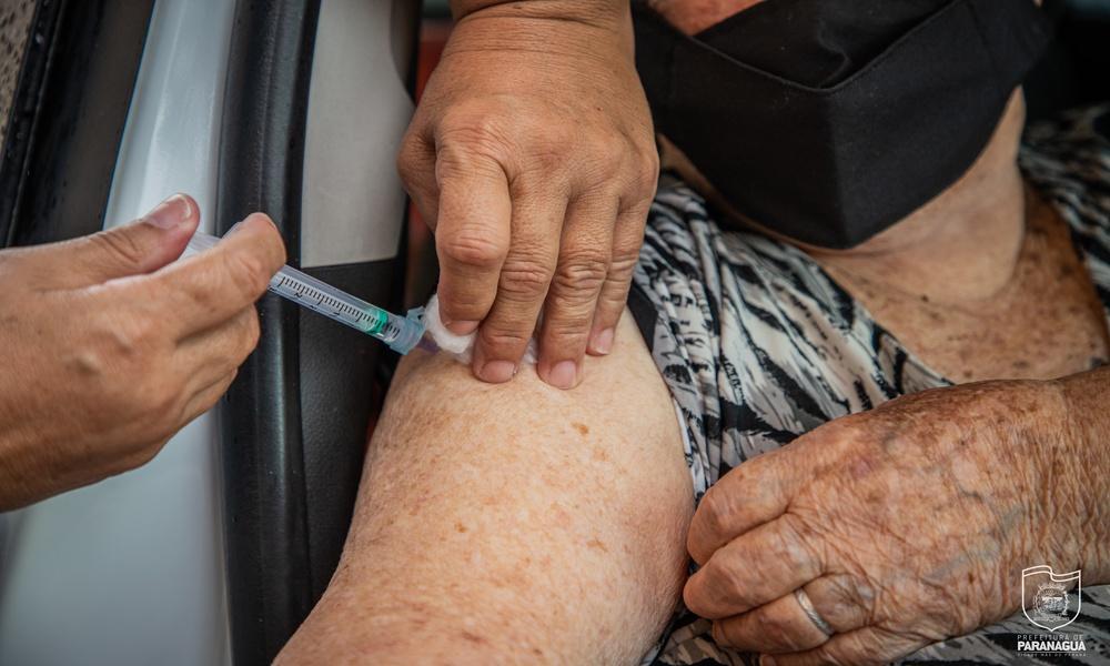 Paranaguá começa a vacinar contra a Covid-19 pessoas com 66 anos completos