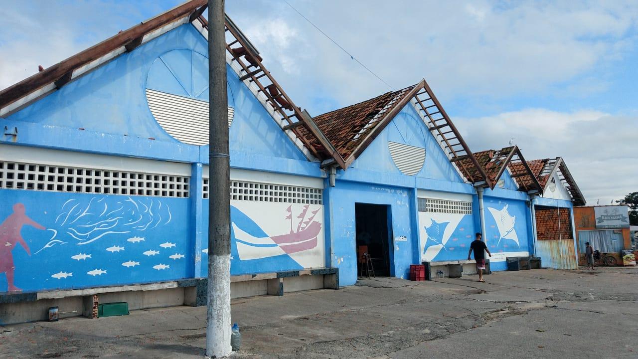 Na manhã de segunda-feira, 15, os pescadores se uniram e foram aos poucos tentando consertar os estragos causados pelo vendaval para que possam continuar trabalhando nos boxes do Mercado do Peixe.