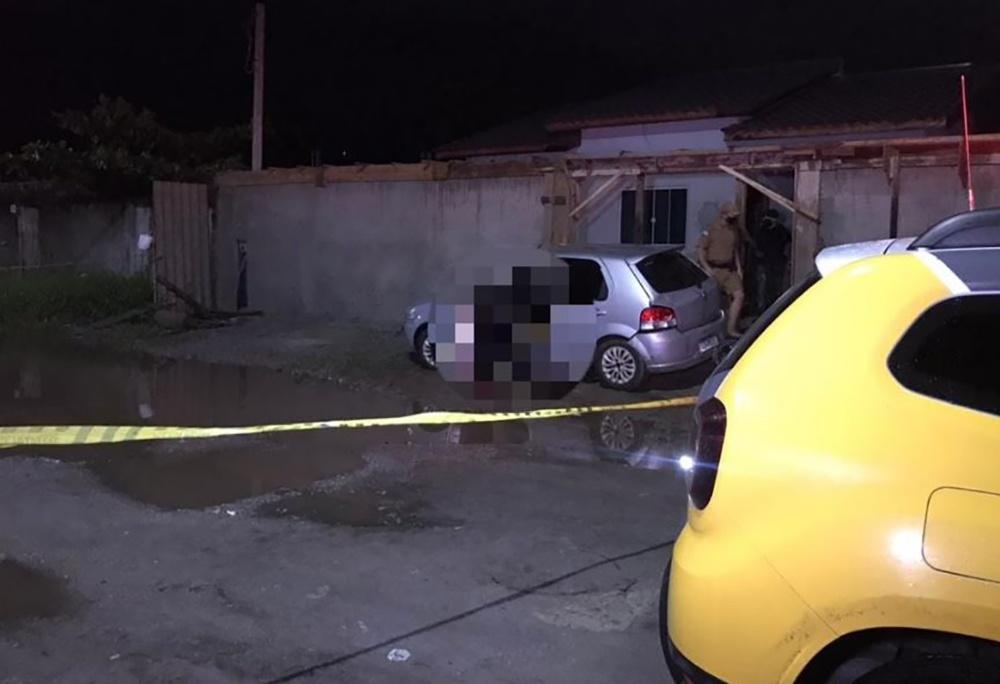 Maickon Machado foi morto dentro do carro onde estava. O Fiat Palio, cor prata, estava parado na frente de uma casa, no bairro Labra