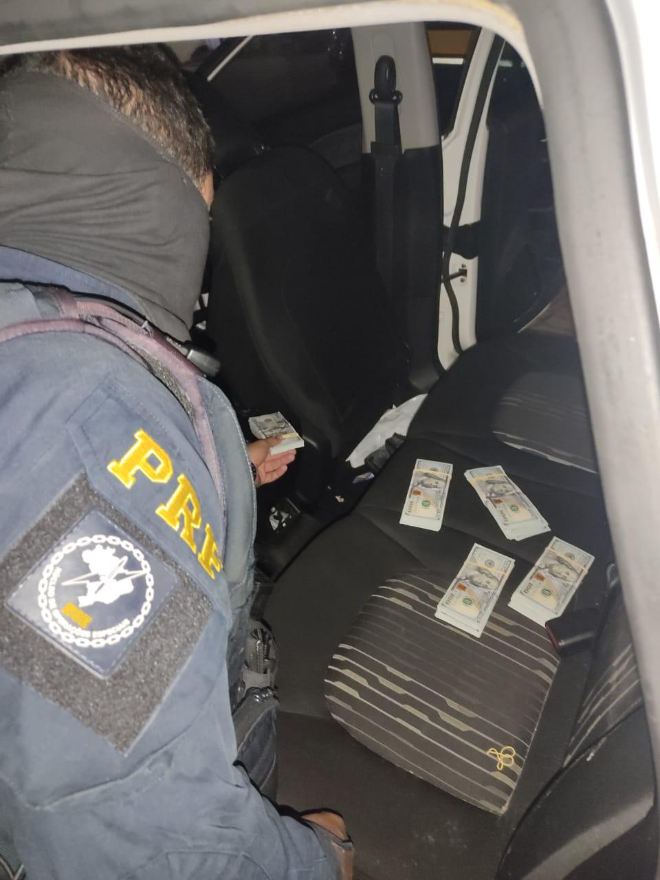 As cédulas estavam escondidas dentro do console central do utilitário. O casal detido foi encaminhado para a Delegacia de Polícia Federal