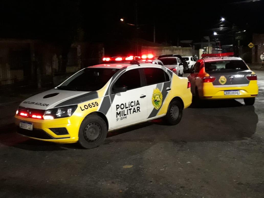 Charlles Michel da Costa Santos foi atingido com um tiro no peito. Ele morreu no portão da casa onde morava, no Porto dos Padres