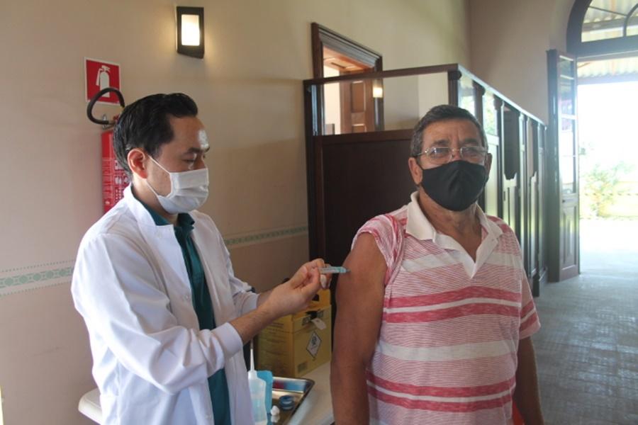 Aparecido Rosa Neto, 66 anos, falou da sensação de alívio ao ser imunizado