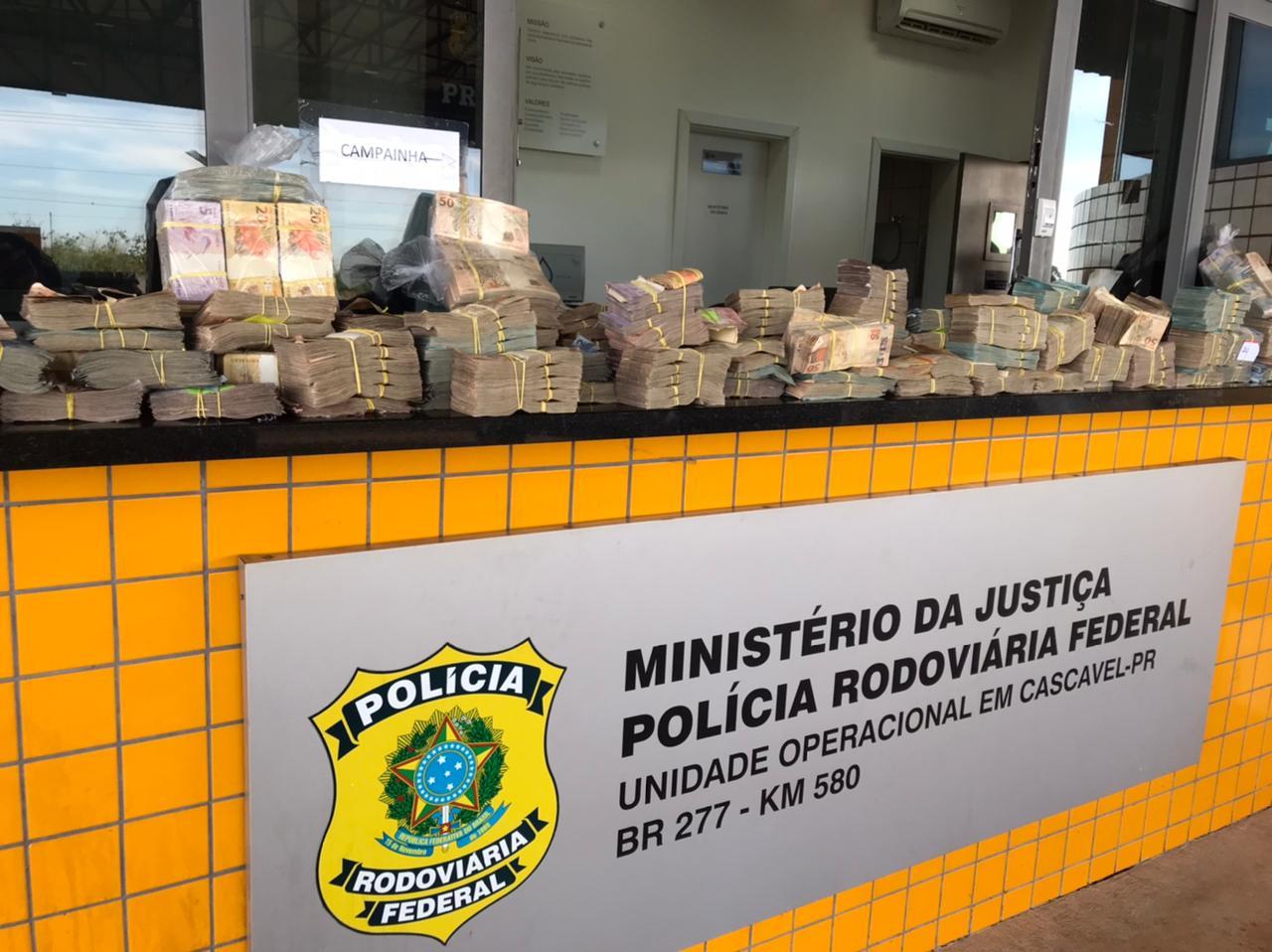 O dinheiro foi encontrado dentro de sacolas e de uma caixa de papelão, no interior de um veículo Kia Cadenza.