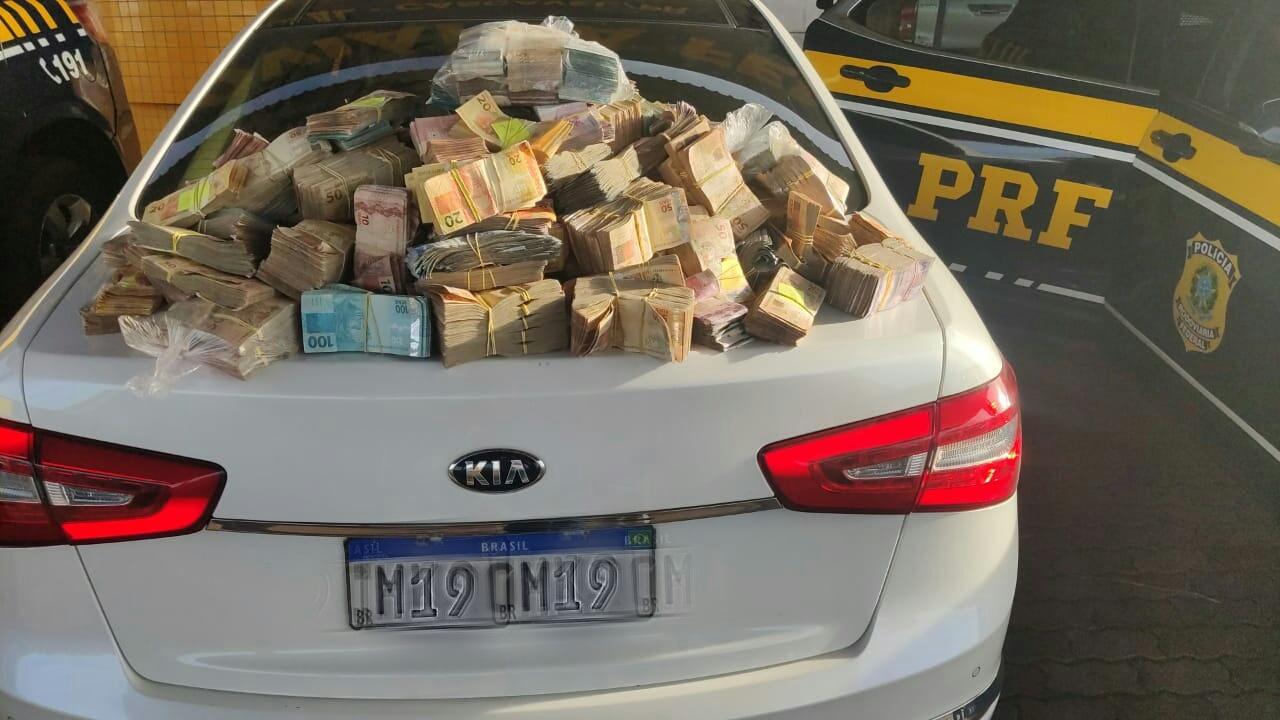 O casal e o dinheiro apreendido foram encaminhados para a Delegacia de Polícia Federal para o registro da ocorrência.