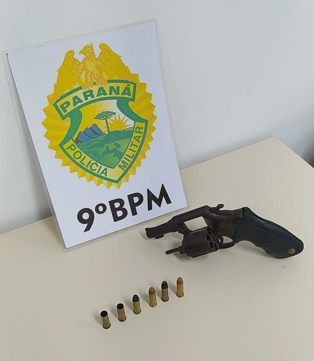 Um revólver calibre .38, com quatro munições intactas e duas deflagradas foi apreendido com a dupla, que tentou fugir por uma área de manguezal